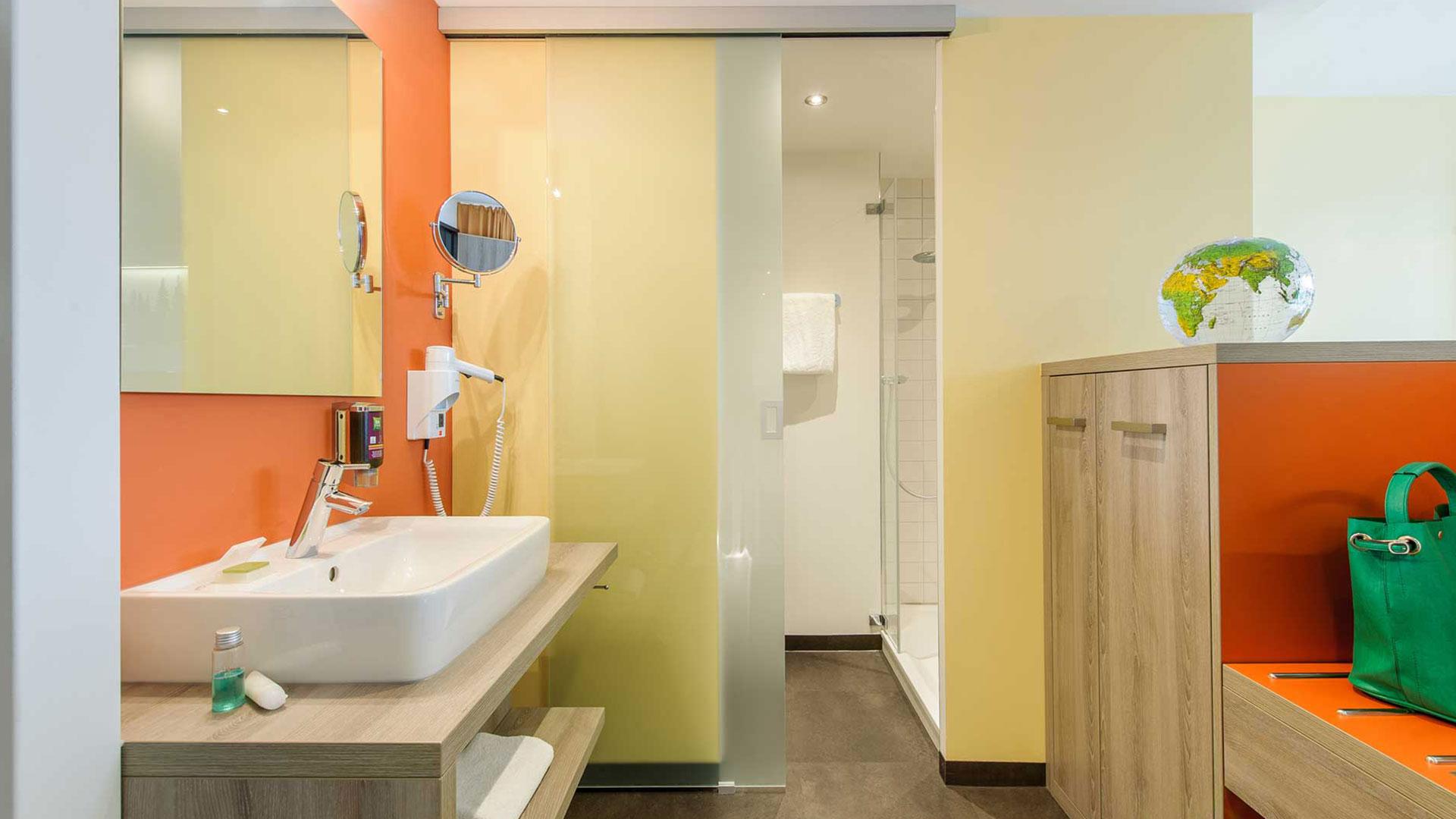 Foto eines Badezimmer - 02 - ibis Styles Nagold-Schwarzwald